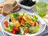Gebratener Schafskäse auf griechischem Salat Rezept
