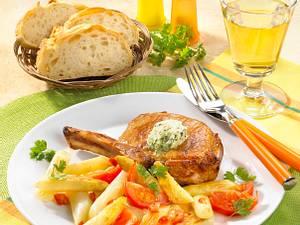 Gebratener Spargel mit lauwarmer Tomatenvinaigrette und Schweinekoteletts Rezept