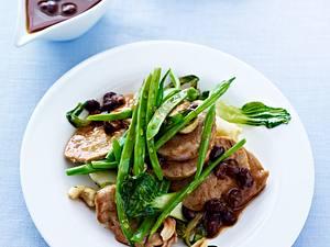 Gebratenes Schweinefilet mit schwarzer Bohnensoße, Baby Pak-Choy, grünen Bohnen und Cashewkernen Rezept
