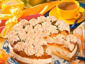 Gefüllte Aprikosentorte mit Baiserhäubchen Rezept