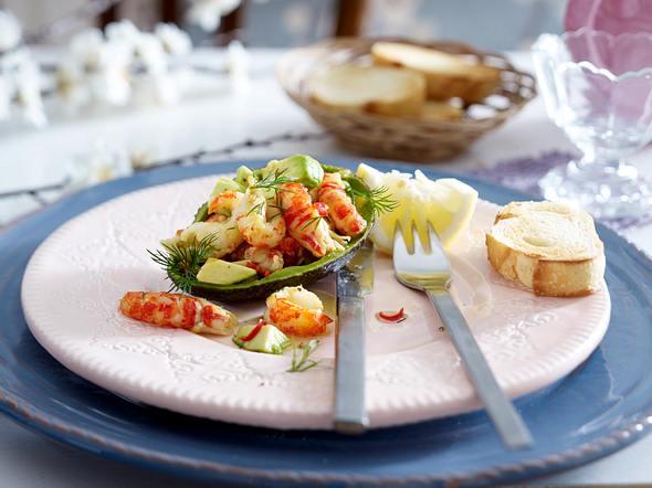 Gefüllte Avocado mit Flusskrebs-Chili-Salat Rezept