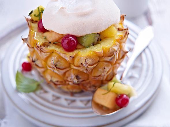 Gefüllte Babyananas mit Melone, Johannisbeeren und Kiwi unter Baiserhaube Rezept