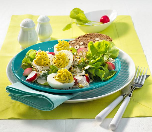 gef llte eier auf radieschen salat rezept lecker. Black Bedroom Furniture Sets. Home Design Ideas
