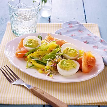 gef llte eier mit wasabi und r ucherlachs auf zuckerschoten paprikasalat rezept lecker. Black Bedroom Furniture Sets. Home Design Ideas