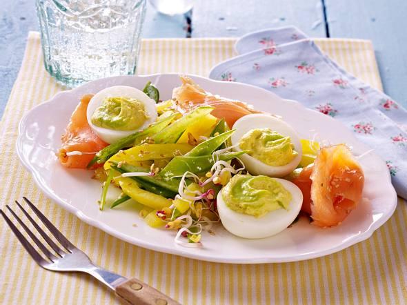 Gefüllte Eier mit Wasabi und Räucherlachs auf Zuckerschoten-Paprikasalat Rezept