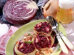 Gefüllte Gemüsezwiebeln mit Rotkohl zu Kasseler-Ragout Rezept