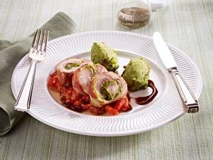 Gefüllte Hähnchenkeulen mit Basilikumpüree, Paprikagemüse und Portweinsoße Rezept
