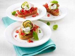 Gefüllte Kalbsröllchen mit Ziegenkäse und Zucchini auf Tomaten-Bruschetta Rezept
