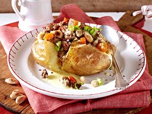 Gefüllte Kartoffel mit Hackfleisch-Ragout und Currysoße Rezept