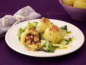Gefüllte Kartoffelknödel auf Rahm-Wirsing Rezept