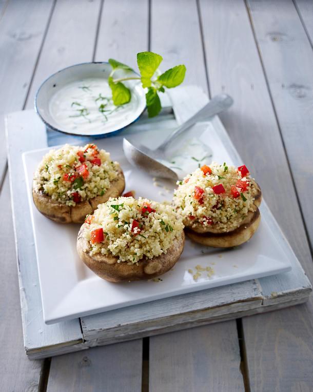 Gefüllte Riesenchampignons mit Couscous, Paprika, Petersilie und Minz-Joghurt Rezept