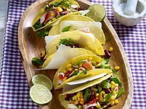 Gefüllte Tacoschalen mit Putenfleisch, Mais, Bohnen, Rauke und Lauchzwiebeln Rezept