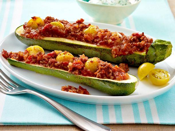 "Gefüllte Zucchini ""Bolognese-Art"" mit Kräuterquark Rezept"