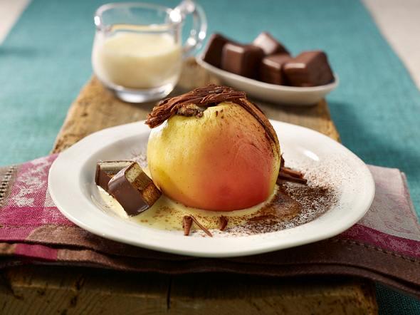 Gefüllter Bratapfel mit Dominosteinen und Schokoraspeln auf Vanillesoße Rezept