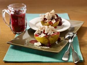 Gefüllter Bratapfel mit Rumtopffrüchten und Zimtbaiser auf Schokosoße Rezept
