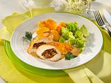 Gefülltes Hähnchenfilet mit Röstkartoffeln und Romanesco Rezept