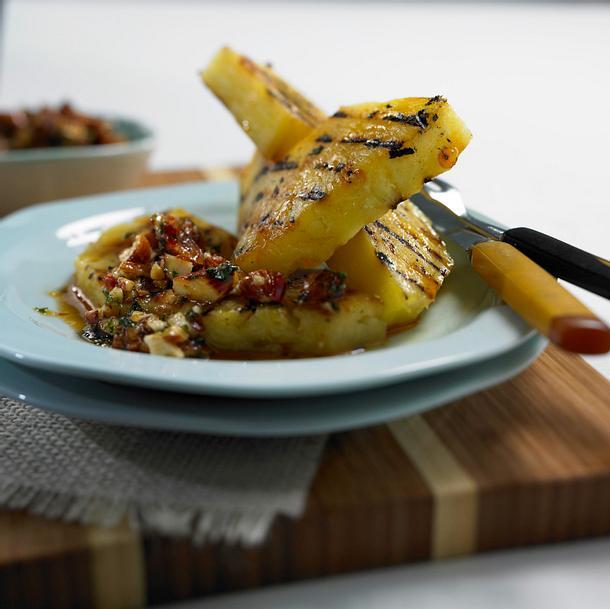Gegrillte Ananasscheibe mit Mandel-Pesto Rezept