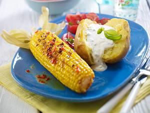Gegrillte Maiskolben mit Chilibutter zu Tomatensalat und Backkartoffel Rezept