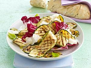 Gegrillter Zucchini-Salat mit Pinienkernen und Parmesan Rezept