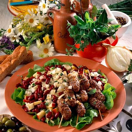 Gemischter Salat mit Ćevapčići-Spießen Rezept