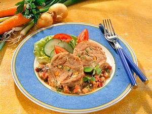 Gemüse-Brotroulade auf Specksoße Rezept
