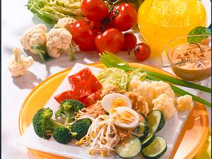 Gemüse-Salat mit Erdnusssoße Rezept