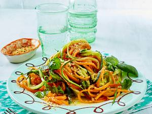 Gemüse-Spaghetti mit Basilikum, Zitronen-Vinaigrette und Mandel-Parmesan Rezept