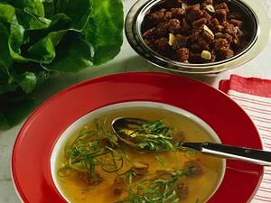 Gemüsebrühe mit Schwarzbrotcroûtons Rezept