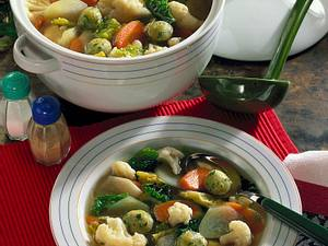 Gemüsesuppe mit Käsebällchen Rezept