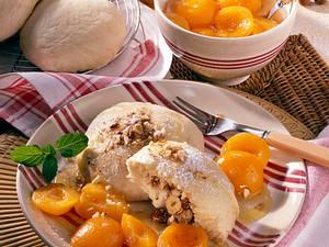 Germknödel mit Haselnuss-Honig-Füllung und Aprikosenkompott Rezept