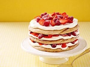 Geschichtete Erdbeer-Himbeer-Makronen-Torte Rezept