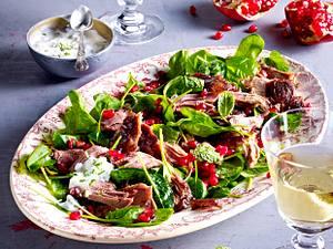 Geschmorte Lammschulter mit Granatapfel auf Spinatbett mit Minzjoghurt Rezept