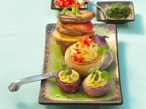 Geschmorte Zwiebeln mit zweierlei Kartoffelpüreefüllung und Kalbsleber Rezept