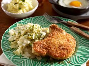 Gestovter Weißkohl mit panierten Koteletts und Kartoffelpüree Rezept