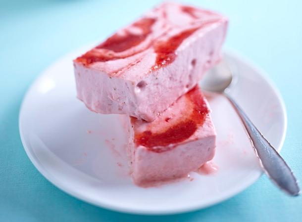 Gestrudeltes Erdbeer-Mascarpone-Eis Rezept