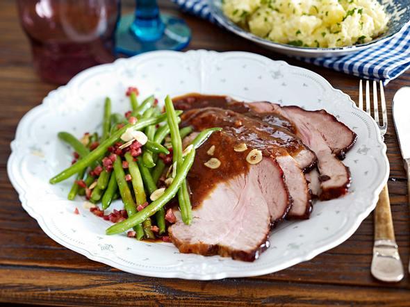 Glasierter Schweinebraten mit Pflaumenmus-Meerrettich-Soße und Schmandkartoffeln Rezept