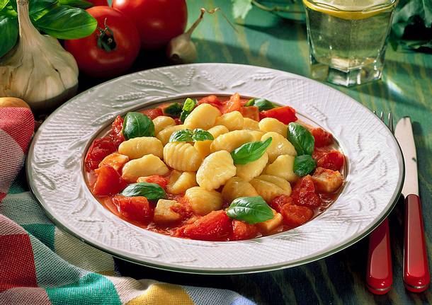 Gnocchi in Tomaten- Schafskäse-Soße mit Basilikum Rezept