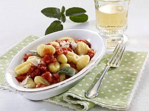 Gnocchi mit stückiger Tomatensoße und Parmesan Rezept