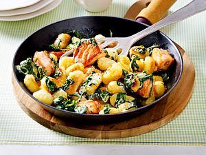Gnocchi-Pfanne mit Lachswürfeln, Spinat und Zitronensoße Rezept