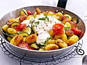 Gnocchi-Zucchini-Pfanne mit Feta-Cracker-Dip Rezept