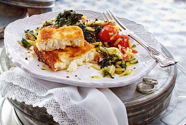 Goldbrauner Feta mit Spinat-Tomaten-Kritharaki Rezept