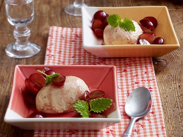 Grappa-Mousse mit marinierten Trauben Rezept