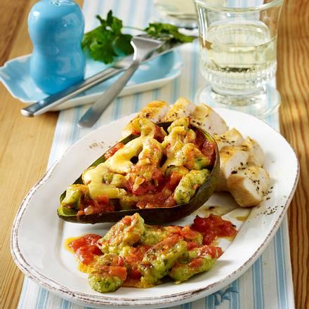 Gratinierte Avocado-Gnocchi mit Tomatensoße und Hähnchenfilet Rezept