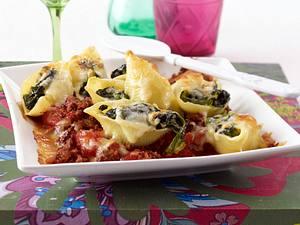 Gratinierte gefüllte Muschelnudeln mit cremigem Spinat auf Hack-Tomatensoße Rezept