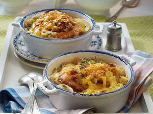 Gratinierte Zwiebelsuppe mit Mett-Croutons und Käse Rezept