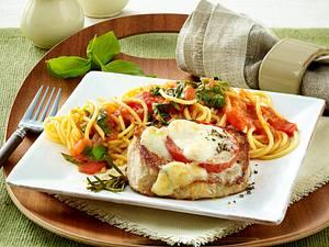 Gratiniertes Schweinerückensteak mit Tomate und Mozzarella zu Spaghetti Rezept