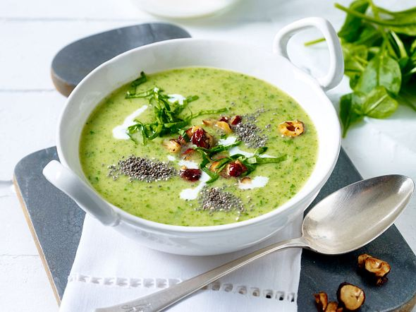 Green-Lovers-Suppe mit Chia-Nuss-Topping  Rezept