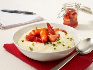Grießbrei mit Erdbeeren und Pistazien Rezept