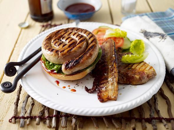 Grillmeister-Platte mit Barbecuesoße und Brötchen Rezept