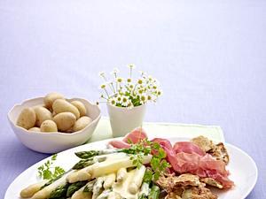 Große Spargelplatte mit Schinken und Speck im Pfannkuchenteig Rezept
